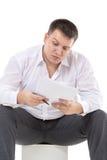 Επιχειρηματίας που διαβάζει μια έκθεση με το σκεπτικισμό στοκ φωτογραφίες