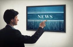 Επιχειρηματίας που διαβάζει τις σε απευθείας σύνδεση ειδήσεις Στοκ φωτογραφία με δικαίωμα ελεύθερης χρήσης