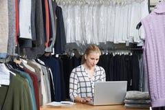 Επιχειρηματίας που διευθύνει μια σε απευθείας σύνδεση επιχείρηση μόδας στοκ εικόνα