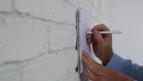 Επιχειρηματίας που κάνει ένα επιχειρηματικό σχέδιο να σύρει ένα διάγραμμα και να γράψει σε ένα Copybook φιλμ μικρού μήκους