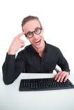 Επιχειρηματίας που κάνει ένα πρόσωπο και που δακτυλογραφεί στο πληκτρολόγιο Στοκ εικόνα με δικαίωμα ελεύθερης χρήσης