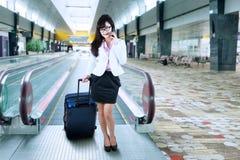 Επιχειρηματίας που κάνει ένα τηλεφώνημα στον αερολιμένα Στοκ Φωτογραφία