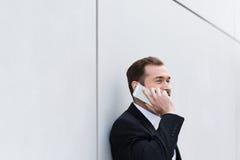 Επιχειρηματίας που κάνει ένα τηλεφώνημα Στοκ φωτογραφία με δικαίωμα ελεύθερης χρήσης
