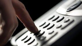 Επιχειρηματίας που κάνει μια κλήση σε ένα τηλέφωνο γραμμών εδάφους Στοκ φωτογραφία με δικαίωμα ελεύθερης χρήσης