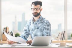 επιχειρηματίας που κάνει τη γραφική εργασία Στοκ Εικόνες