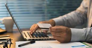 Επιχειρηματίας που κάνει τις σε απευθείας σύνδεση τραπεζικές εργασίες Στοκ εικόνα με δικαίωμα ελεύθερης χρήσης