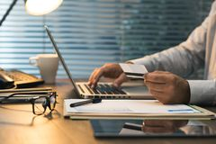 Επιχειρηματίας που κάνει τις σε απευθείας σύνδεση τραπεζικές εργασίες Στοκ Εικόνες
