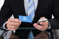 Επιχειρηματίας που κάνει τις σε απευθείας σύνδεση τραπεζικές εργασίες Στοκ φωτογραφία με δικαίωμα ελεύθερης χρήσης