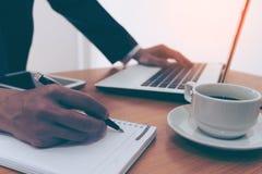 Επιχειρηματίας που κάνει τις σημειώσεις για χαρτί στην άκρη παραθύρων Στοκ φωτογραφίες με δικαίωμα ελεύθερης χρήσης