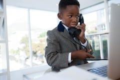 Επιχειρηματίας που κάνει το πρόσωπο μιλώντας στο τηλέφωνο Στοκ Εικόνες