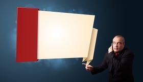 Επιχειρηματίας που κάνει το τηλεφώνημα και που παρουσιάζει το σύγχρονο αντίγραφο origami Στοκ εικόνες με δικαίωμα ελεύθερης χρήσης