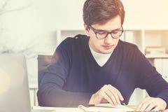 Επιχειρηματίας που κάνει το φορτίο της γραφικής εργασίας, που τονίζεται Στοκ Εικόνα