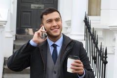 Επιχειρηματίας που καλεί τηλεφωνικώς από την πόρτα σπιτιών Στοκ Εικόνες