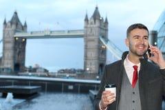 Επιχειρηματίας που καλεί τηλεφωνικώς κοντά στη γέφυρα Λονδίνο πύργων Στοκ Φωτογραφίες