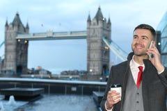 Επιχειρηματίας που καλεί τηλεφωνικώς κοντά στη γέφυρα Λονδίνο πύργων Στοκ Εικόνες