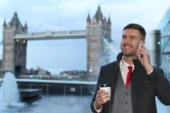 Επιχειρηματίας που καλεί τηλεφωνικώς κοντά στη γέφυρα Λονδίνο πύργων Στοκ φωτογραφία με δικαίωμα ελεύθερης χρήσης