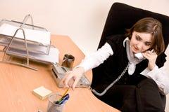 επιχειρηματίας που καλεί το τηλέφωνο γραφείων στοκ φωτογραφία