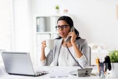 Επιχειρηματίας που καλεί το τηλέφωνο στο γραφείο Στοκ εικόνες με δικαίωμα ελεύθερης χρήσης