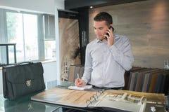 Επιχειρηματίας που καλεί το smarphone στο γραφείο Στοκ φωτογραφίες με δικαίωμα ελεύθερης χρήσης