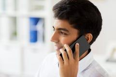 Επιχειρηματίας που καλεί το smartphone στο γραφείο Στοκ Φωτογραφίες