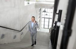 Επιχειρηματίας που καλεί το smartphone στο γραφείο Στοκ Φωτογραφία