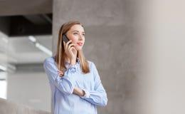 Επιχειρηματίας που καλεί το smartphone στο γραφείο Στοκ φωτογραφία με δικαίωμα ελεύθερης χρήσης