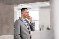 Επιχειρηματίας που καλεί το smartphone στο γραφείο Στοκ φωτογραφίες με δικαίωμα ελεύθερης χρήσης