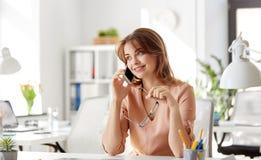 Επιχειρηματίας που καλεί το smartphone στο γραφείο Στοκ εικόνα με δικαίωμα ελεύθερης χρήσης