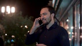 Επιχειρηματίας που καπνίζει και που μιλά από το κινητό τηλέφωνο Στοκ εικόνα με δικαίωμα ελεύθερης χρήσης