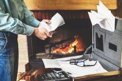 Επιχειρηματίας που καταστρέφει τα σημαντικά έγγραφα από την περίπτωση στο firepla Στοκ φωτογραφία με δικαίωμα ελεύθερης χρήσης