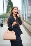 Επιχειρηματίας που καλεί τηλεφωνικώς στο σταθμό τρένου Στοκ φωτογραφία με δικαίωμα ελεύθερης χρήσης