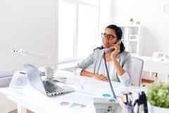 Επιχειρηματίας που καλεί το τηλέφωνο γραφείων στο γραφείο Στοκ φωτογραφία με δικαίωμα ελεύθερης χρήσης