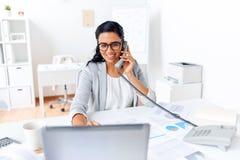 Επιχειρηματίας που καλεί το τηλέφωνο γραφείων στο γραφείο Στοκ εικόνες με δικαίωμα ελεύθερης χρήσης