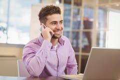 Επιχειρηματίας που καλεί το τηλέφωνο στην αρχή Στοκ Εικόνες