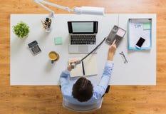 Επιχειρηματίας που καλεί το τηλέφωνο στον πίνακα γραφείων Στοκ Φωτογραφίες