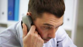 0 επιχειρηματίας που καλεί το τηλέφωνο στο γραφείο απόθεμα βίντεο