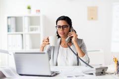 Επιχειρηματίας που καλεί το τηλέφωνο στο γραφείο Στοκ φωτογραφία με δικαίωμα ελεύθερης χρήσης