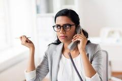 Επιχειρηματίας που καλεί το τηλέφωνο στο γραφείο Στοκ φωτογραφίες με δικαίωμα ελεύθερης χρήσης