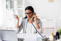 Επιχειρηματίας που καλεί το τηλέφωνο στο γραφείο Στοκ Εικόνα
