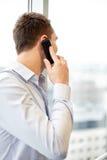 Επιχειρηματίας που καλεί το smartphone στην αρχή Στοκ εικόνα με δικαίωμα ελεύθερης χρήσης