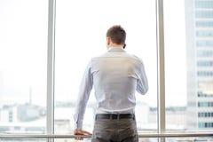 Επιχειρηματίας που καλεί το smartphone στην αρχή Στοκ Εικόνα