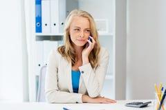 Επιχειρηματίας που καλεί το smartphone στο γραφείο Στοκ Εικόνα