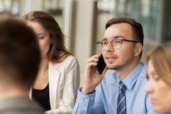 Επιχειρηματίας που καλεί το smartphone στο γραφείο Στοκ Εικόνες