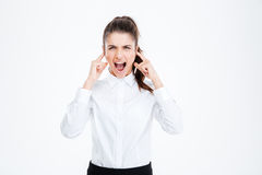 Επιχειρηματίας που καλύπτει τα αυτιά της και που φωνάζει πέρα από το άσπρο υπόβαθρο Στοκ εικόνες με δικαίωμα ελεύθερης χρήσης