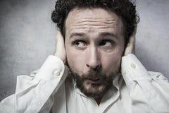 Επιχειρηματίας που καλύπτει τα αυτιά του, άτομο στο άσπρο πουκάμισο με το αστείο exp Στοκ φωτογραφία με δικαίωμα ελεύθερης χρήσης