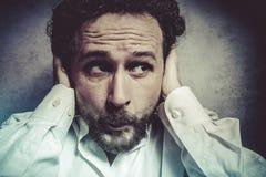 Επιχειρηματίας που καλύπτει τα αυτιά του, άτομο στο άσπρο πουκάμισο με το αστείο exp Στοκ Εικόνες