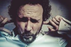 Επιχειρηματίας που καλύπτει τα αυτιά του, άτομο στο άσπρο πουκάμισο με το αστείο exp Στοκ Εικόνα
