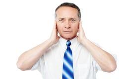 Επιχειρηματίας που καλύπτει τα αυτιά του με τα χέρια του Στοκ φωτογραφία με δικαίωμα ελεύθερης χρήσης