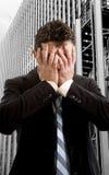Επιχειρηματίας που καλύπτει το πρόσωπο απελπισμένο μπροστά από το εμπορικό κέντρο κτιρίου γραφείων Στοκ Εικόνες