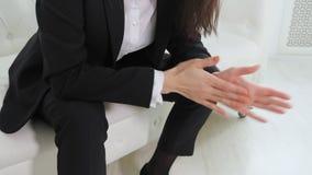 Επιχειρηματίας που κινεί νευρικά τα χέρια πρίν με τον ψυχολόγο στην αρχή απόθεμα βίντεο